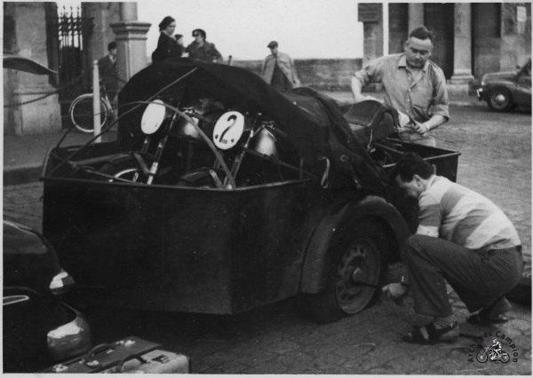 Crevaison en se rendant à Pau le 13 avril 1952. Auguste Coffin est à la manoeuvre.