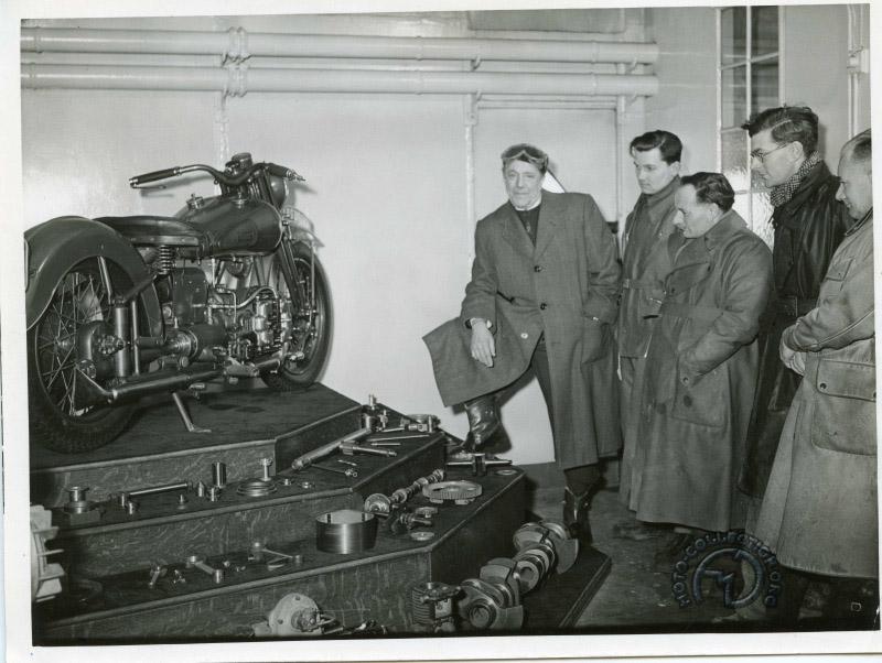 GàD: G. Brough, Barry Robinson, Tich Allen, John Griffith et Ernie Blacknell - photo dans la cantine de l'usine où la Golden Dream est exposée entourée de diverses pièces de précision fabriquée par la marque durant la guerre.