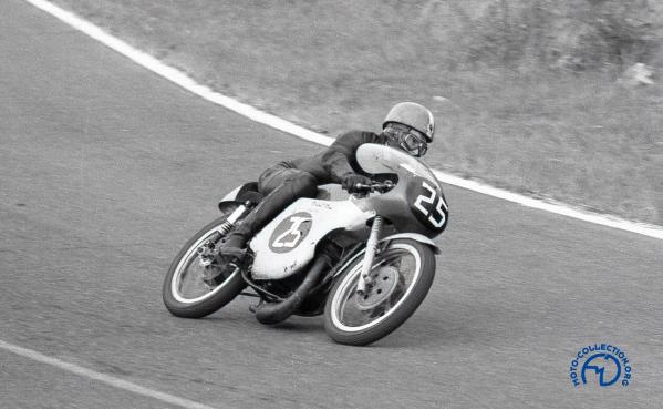 J-P. Beltoise sur la 125 Bultaco aux Coupes du Salon à Montlhéry en 1963