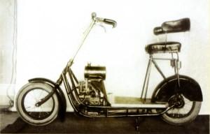 Le  Čas dans sa version finale de 1921 est sans doute le plus équilibré et le plus moderne des scooters de son époque avec son flat twin transversal à l'avant et sa transmission par arbre. [Archives Libor Marčik]