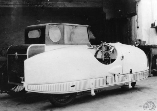 Pas de roulettes latérales pour ce Cerreti-là puisqu'il est attelé du très volumineux side-car biplace en forme d'automobile proposé par la marque. (archives François-Marie Dumas)