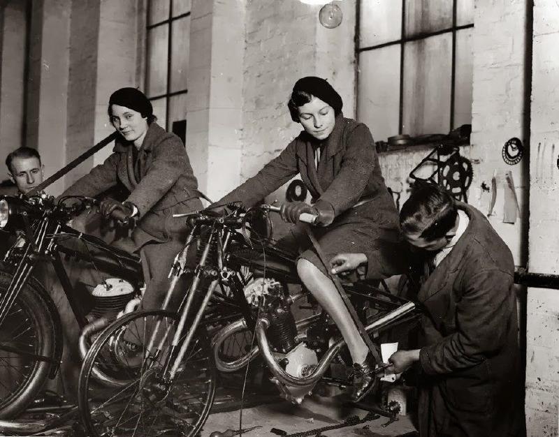 Cotton 1933 Femmes motocyclistes armée