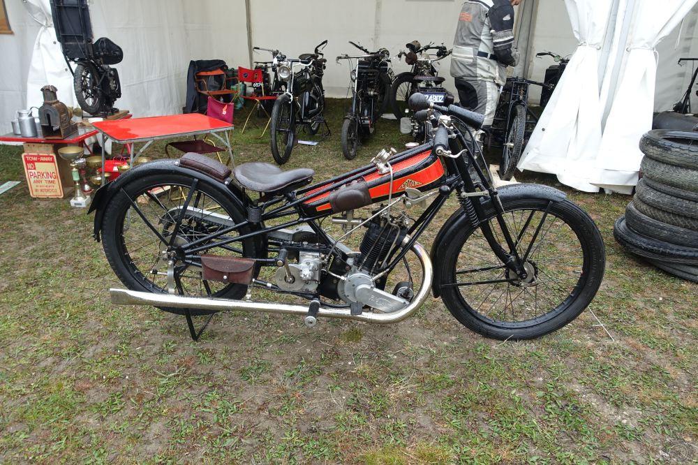 Plus classique, une Cotton 350 à moteur Blackburne de 1926 avec son classique et efficace cadre triangulé en tubes droits.