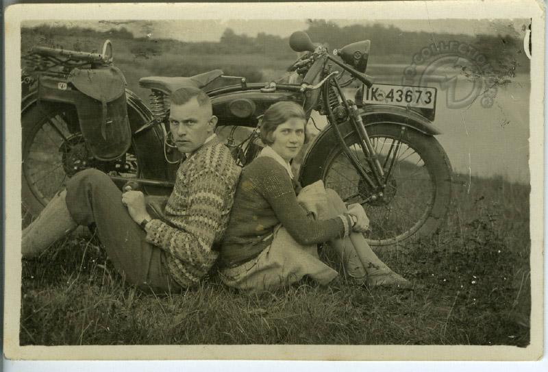 couple allemand hilare avec leur DKW en 1926