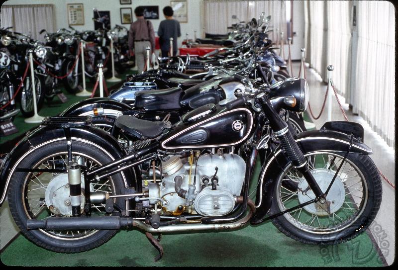 L'Asagiri Kogen museum, sur les pentes du Mont Fuji est l'un des plus riches du Japon. Il présente en-tête de gondole, la DSK A50 de 1956, clone parfait et même légal de la BMW R51/3, mais tout est fabriqué au Japon et dûment siglé DSK comme par exemple les flasques de frein.