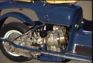 La transmission secondaire fait office de bras oscillant avec un amortisseur sous le moteur.