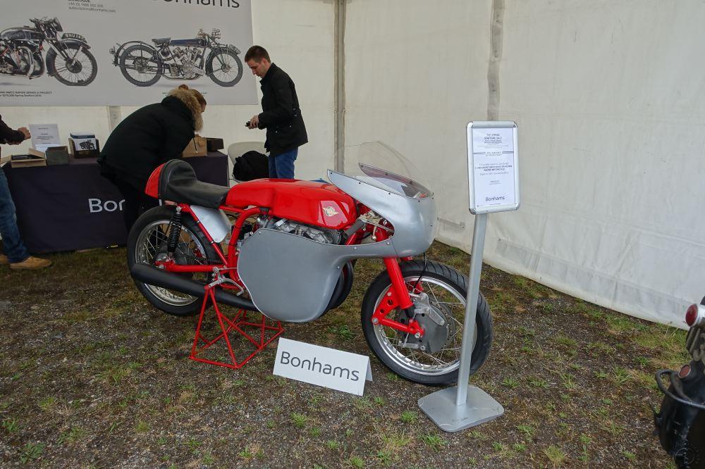 Si vous êtes riches, Bonhams va vendre cette sublime Ducati 250 vertical twin sur laquelle Mike Hailwood fit ses premières armes.