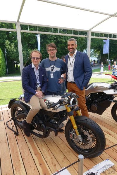 La Ducati Café racer est présentée par ses créateurs de gauche à droite, Allessandro Dambrosio, directeur du Koncept design studio München, Florian Liese, le designer et Jorge Diez, directeur du Concept automotive design.