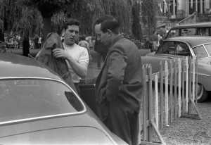 Discussion de paddock avec Geoff Duke (à gauche) au GP de Spa 1956.