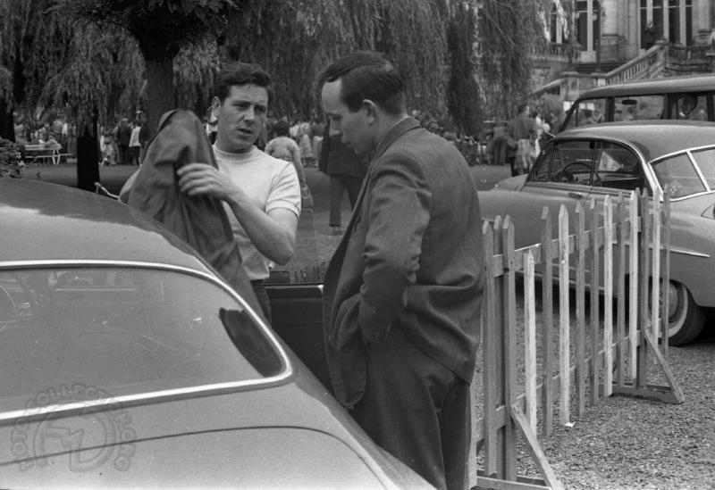 Geoff Duke (à gauche) et John Surtees à Spa en 1956
