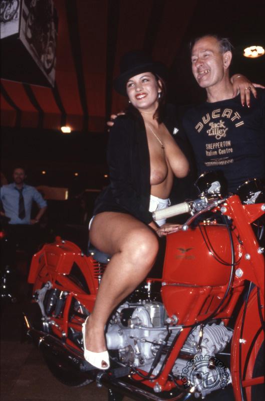 Gros succès du stand italien, devant lequel ce motard britannique reste langue pendante