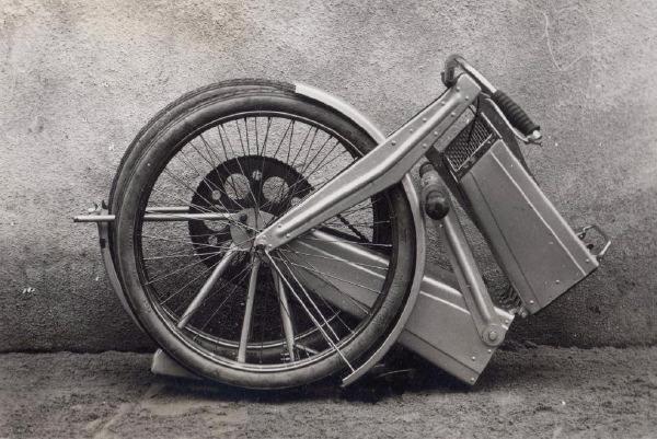 La disposition de la charnière centrale permet aux deux roues de se replier face à face.