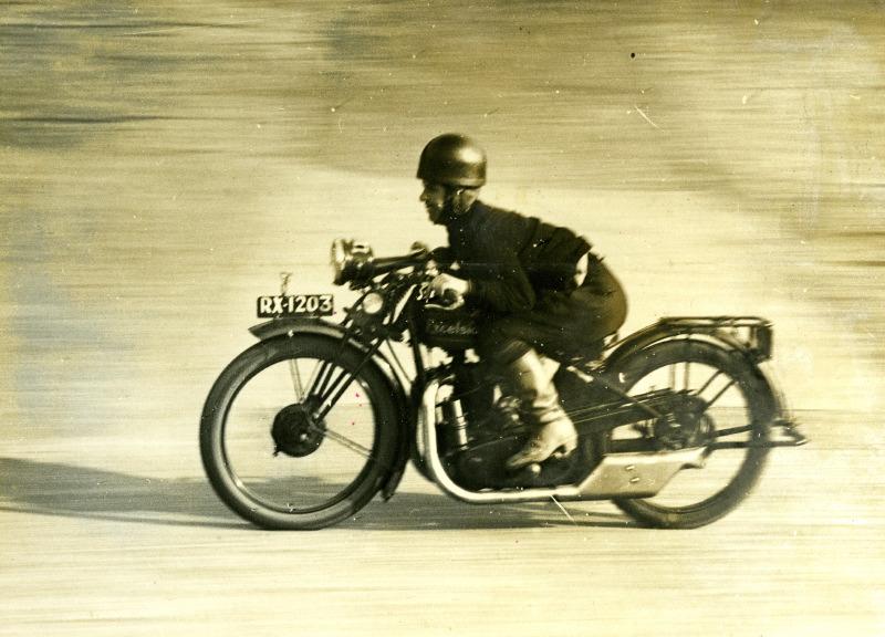 Quel style !… C'est Miss Billie Painter lancée à près de 130 km/h (c'est ce que nous dit la légende de la photo !) sur l'autodrome de Brooklands au guidon de sa 250 Excelsior lors  de la première course des dames en 1926.