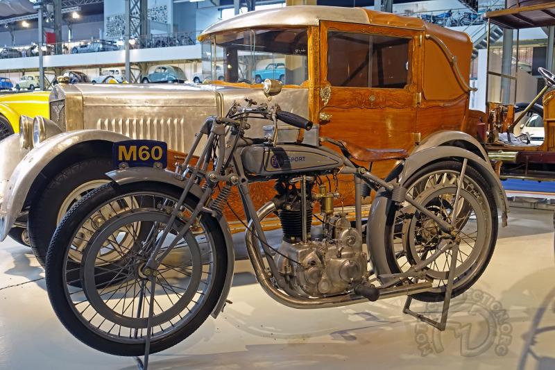 Une des motos de l'exposition permanente la FN 350 M60 Sport devant une carrosserie très spéciale.