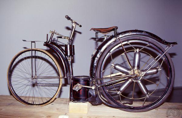 Ce premier prototype de 1895 de la Félix Millet est exposéau musée des Arts et Métiers à Paris et la version de 1897 dort dans les caves du lycée technique Hyppolyte Fontaine à Dijon où il n'est malheureusement pas visible pour le public.