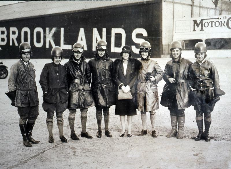 Le London Ladies Motor Club, présente ses participantes en 1926. A droite, les sœurs Joan et Thelma Archer.