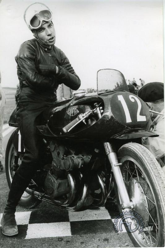 Aérodynamique encore. Pierre Monneret pour gagner un peu de Cx et quelques dixièmes de km/h sur sa Gilera 500 quatre cylindres se coiffait d'un casque plus petit débarrassé de toute sa protection intérieure…