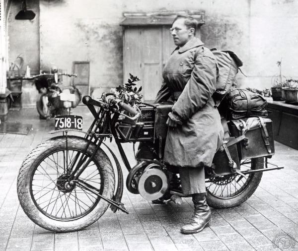 Robert Sexé pose avant le départ en 1926.