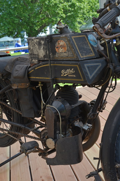 Petite, mais gourmande la 350 Gillet emmenait un double réservoir de carburant.