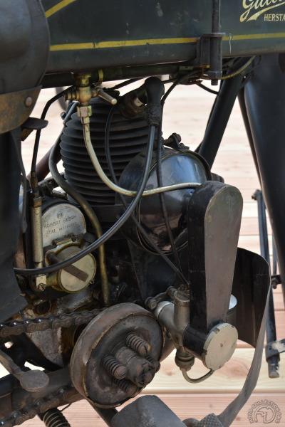 L'admission s'effectue par distributeur rotatif et l'air aspiré par le carburateur est filtré et réchauffé par le cylindre