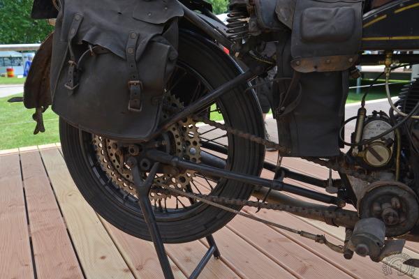 Embrayage extérieur à sec et double couronne arrière sur la Gillet.