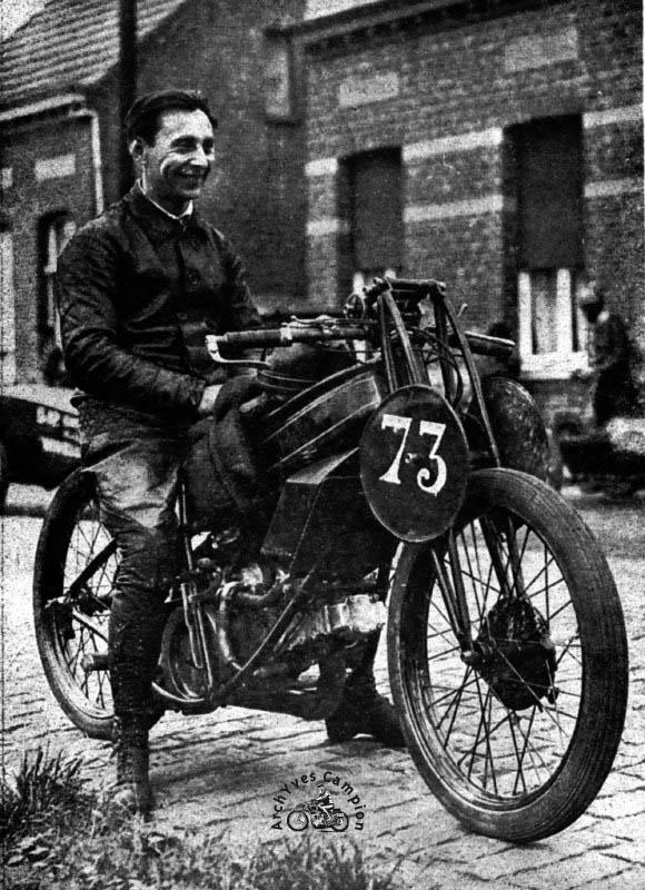 Kiecken pilote d'essai Gillet en septembre 1926 sur la Gillet Laguesse à refroidissement liquide qui vient de battre le record belge en 350 cm3 à ^lus de 145 km/h de moyenne