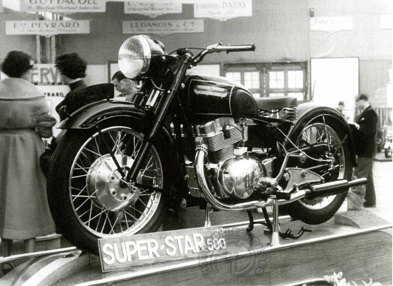 En vedette au salon de Paris 1950. Comme sur les Jonghi 250 deux temps et 125 ACT les tubes de fourche ne servent qu'au guidage et l'amortisseur est central. On voit l'extrémité des deux amortisseurs arrière sous le moteur (archives F-M. Dumas)