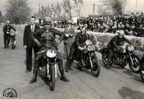 Trois Norton Manx 350 cc au départ du Grand Prix de Pau en 1952. De gauche à droite, Houel qui arrive au second plan, Goffin, Wheeler et Haldeman