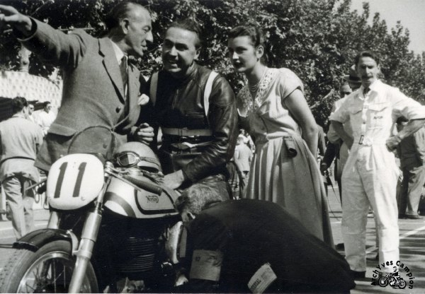 A Barcelone en 1952, en grande discussion avec Joe Craig le big boss du service course Norton.