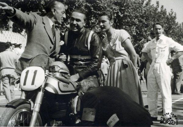A Barcelone en 1952, en grande discussion avec Joe Craig le big boss du service course Norton.