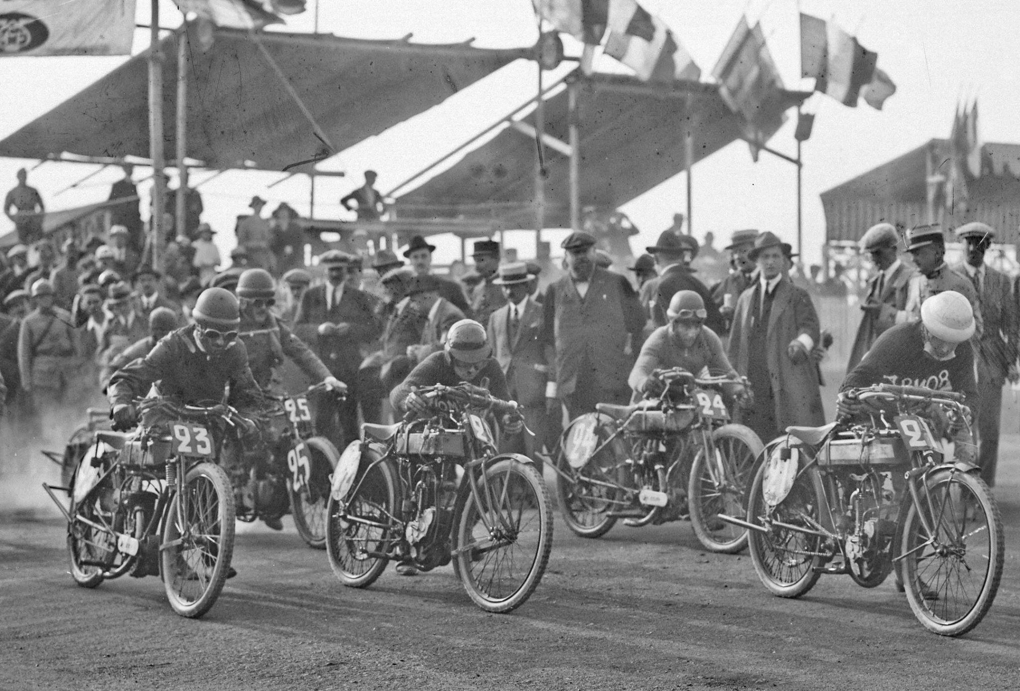 Imaginez près de 200 photos de cet acabit à visionner à la suite… ici les 250 au départ du GP de France 1922 à Montargis.
