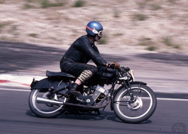 René Casset au guidon en 1977 avec une jambe de combinaison sponsorisée par Sernam.
