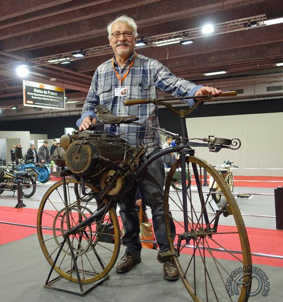 Quelle joie et quelle émotion de vous présenter la première moto jamais construite. Cet exemplaire unique, découvert au début des années 30 par Robert Grandseigne, est conservé au musée du Domaine départemental de Sceaux.