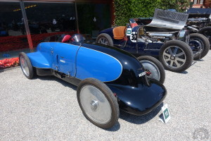 La Lurani Guzzi à la Villa d'Este pose devant une Bugatii type 51.