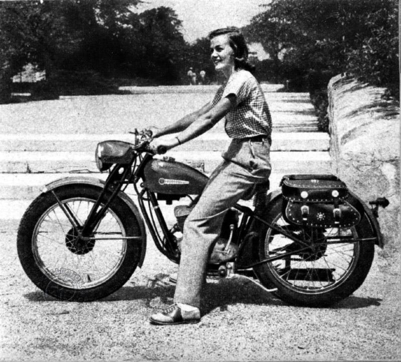 L'Harley 125 cm3 de 1950 avec fourche avant à parallélogramme en tôle emboutie et capotage de phare façon Triumph ou Jawa.