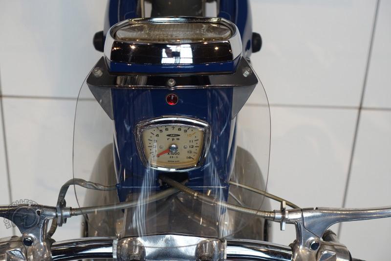 Pas de compteur pour cette Honda 125 C92 Super Sport, mais un compte-tours qui indique le chiffre alors incroyable de 10000 tr/min.