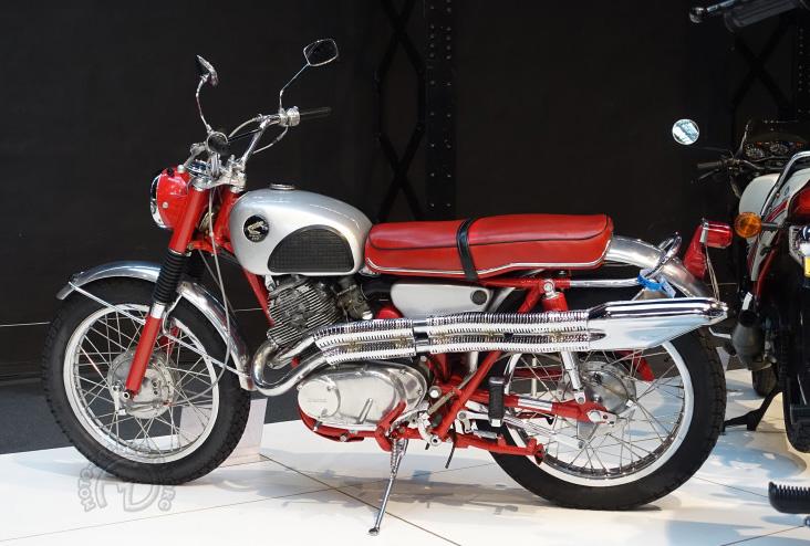 Honda 305 CL Scrambler 1966. L'inscription type 1 ou 2 sur le haut moteur indique s'i le vilebrequin est calé à 360 ou 180°.