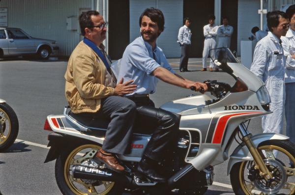 Assis derrière moi, Christian Rey vérifie le confort offert par la place passager lors de l'essai presse de la Honda 500 Turbo au Japon en 1981.