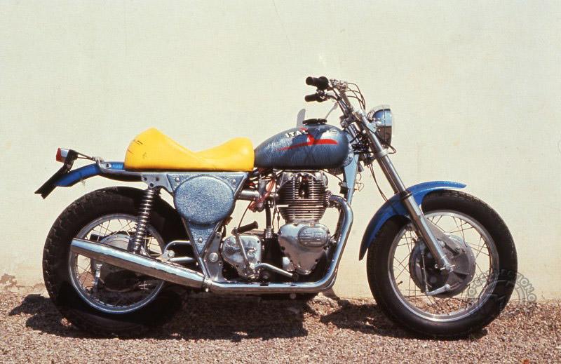 """Les très classiques Italjet Grifon n'empêchaient pas Tartarini d'explorer de nouvelles voies comme avec ce """"café racer"""" Royal Enfield en 1970."""