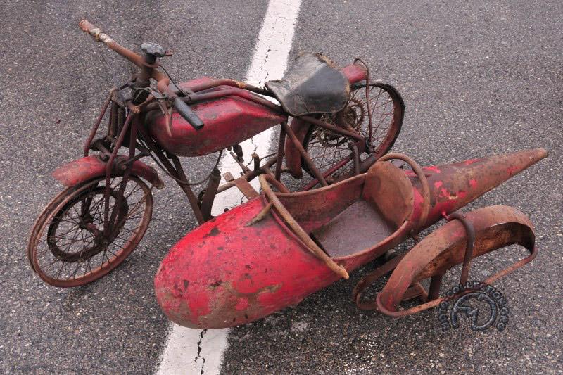 Tout a débuté en 1937 ou le père de Leopoldo, concessionnaire Moto Guzzi et ancien pilote, lui construit ce petit side-car. Leopoldo avait quatre ans.