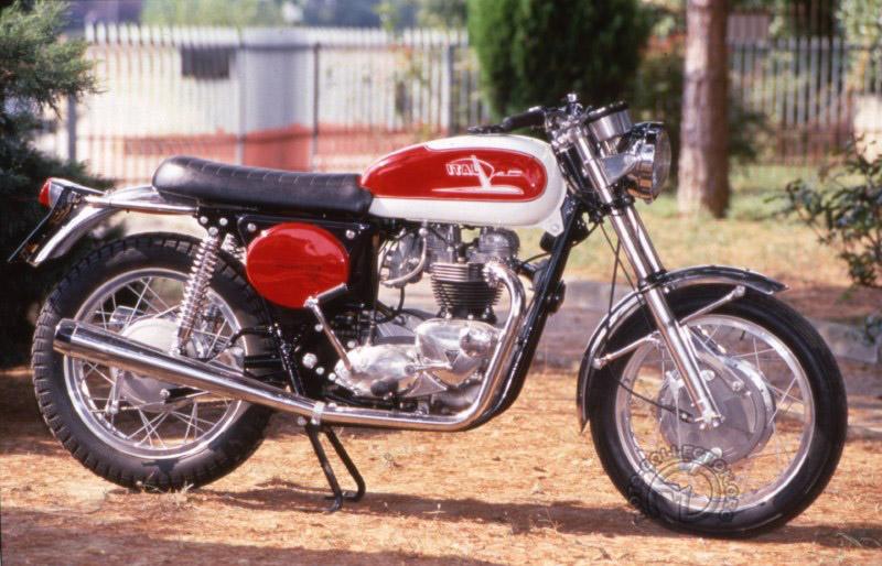 La plus célèbre des Italjet est sans conteste la Grion basée sur un moteur de 650 Triumph et produite de 1968 à 1970 à environ 150 exemplaires.