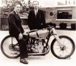 Giuseppe Remondini, le constructeur, et Georges Monneret qui vient de battre un record à 170,84 km/h en 1936 sur la 350 Jonghi