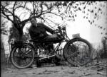 """Robert Sexé, pose ici, en 1922, à Neustadt devant la Krieger Gnädig qu'il vient d'acquérir. """"Très lourde (135 kg) mais très agréable en voyage"""" note-t-il au dos de la photo """"sauf quand il faut pousser avec une bielle cassée !"""""""