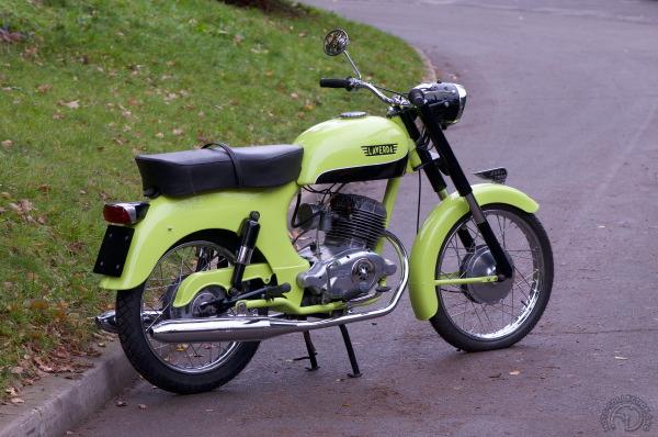 La Laverda 200 de 1962 dans sa première version verte et noire (également en orange ou bleu ciel)  laisse rapidement place à des modèles en gris argent, rouge ou noir, puis, en 1964, à une ultime version rouge monochrome et sans décors.