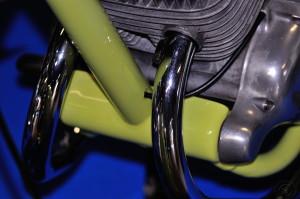 Soin des détails jusque dans la fixation avant du moteur avec un passage du câble d'embrayage dans le cadre.