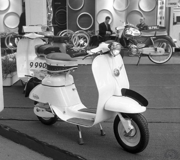 Une tentative originale de Laverda ce scooter Laverdino 50 cm3 quatre temps apparu en 1959 et ici présenté au salon de Bruxelles en 1963.