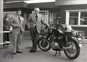 Luciano Zen, le directeur technique et Francesco Laverda aux côtés de la 1000 tricylindre en 1975.