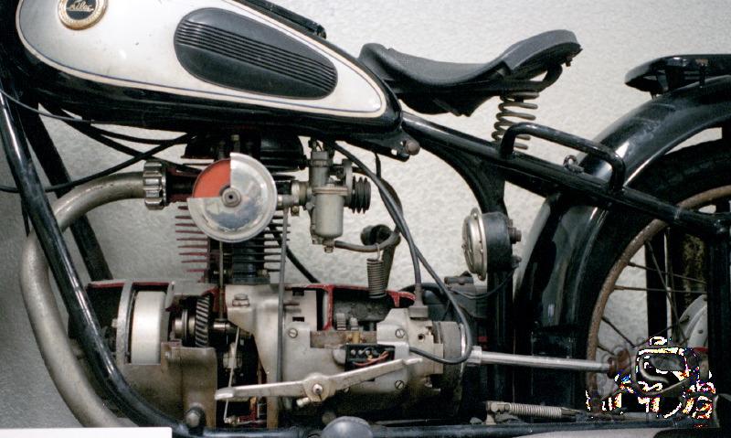 Lilac 250 SY de 1955, la ressemblance avec BMW n'est que fortuite. Tout est différent y compris les cotes internes du moteur  de 70 x 63 mm.
