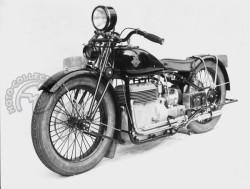 Deux prototypes sont présentés au salon de Prague en 1929, celui-ci avec des repose-pieds standards et une grosse sacoche devant l'arbre de transmission du côté gauche et un second avec des marchepieds à l'américaine et un porte-bagages agrémenté de petites sacoches.