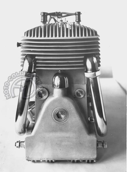 Curieux pour un 4 cylindres en ligne d'avoir une sortie d'échappement de chaque côté. Le réservoir d'huile est sous le moteur.